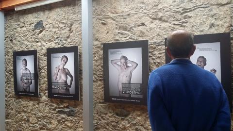 Un hombre en una exposición