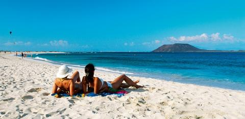 Una pareja en una playa