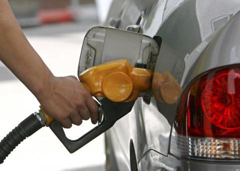 Poniendo gasolina a un coche