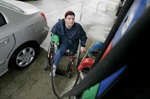 Una persona discapacitada en una gasolinera