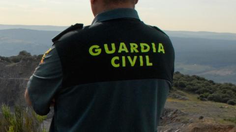 Un guardia civil de espalda
