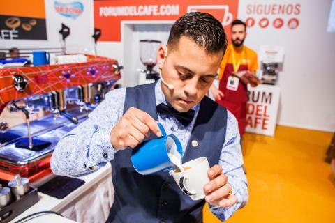Javier Carrion preparando un café