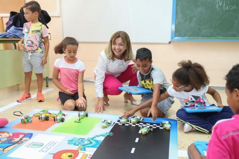 Lourdes Armas con niños en un taller de robótica
