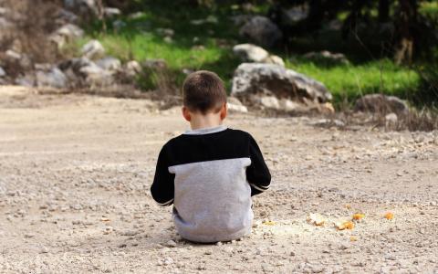 Niño de espalda