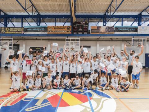 Niños jugadores de baloncesto