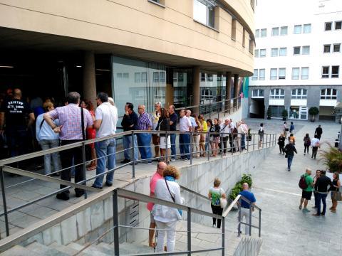 Público a la entrada del Teatro Cuyás