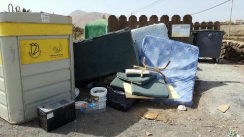 Residuos fuera de un contenedor de basura