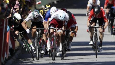 Sagan dando un codazo a un ciclista
