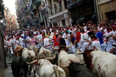 Sanfermines corriendo delante de los toros