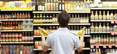 Un hombre en un supermercado