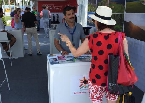 Una mujer en el stand de Lanzarote
