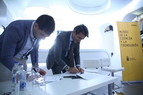 Zoido Alemán y José Gilberto Moreno firmando el convenio