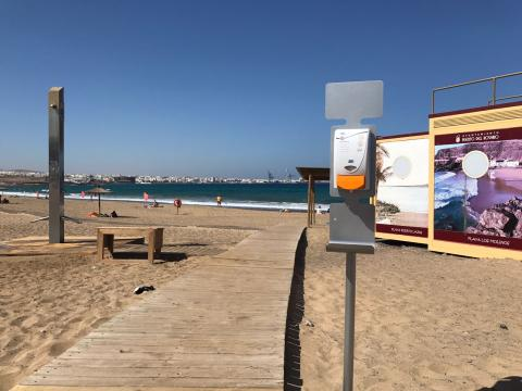 Dispensador de crema solar en la playa de Puerto del Rosario