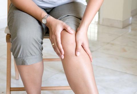 Una mujer le duele la rodilla
