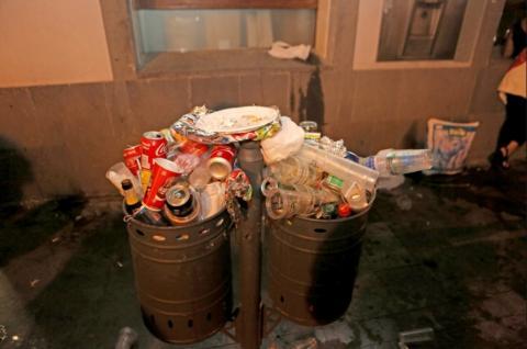 Dos papeleras llenas de basura