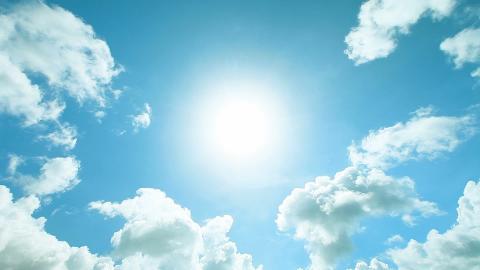 Luce el sol en el cielo con algunas nubes