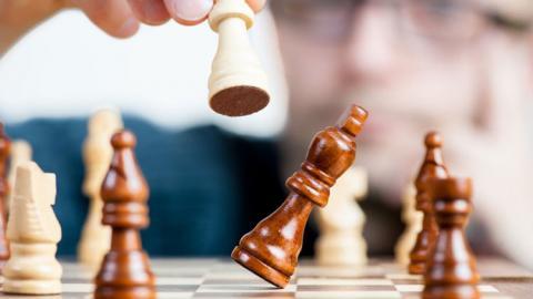Fichas colocadas en un tablero de ajedrez