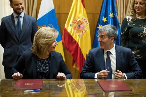 El presidente del Gobierno de Canarias, Fernando Clavijo, y la ministra de Empleo y Seguridad Social, Fátima Báñez,