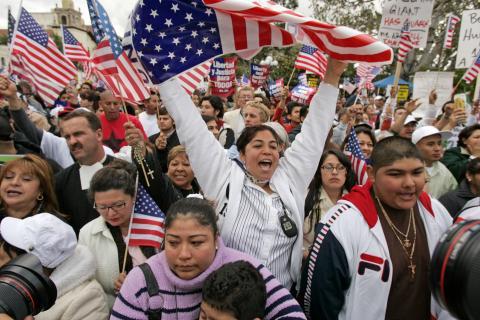Hispanos con banderas de EEUU