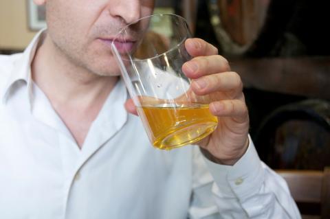 Un hombre bebiendo