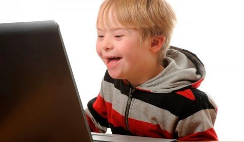 Niño con Síndrome de Down en ordenador