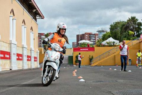 Una mujer en una moto