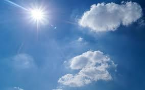 El sol en el cielo y nubes