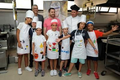Isaac Castellano con los niñis del campus minichef