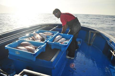 Pescador en su barco