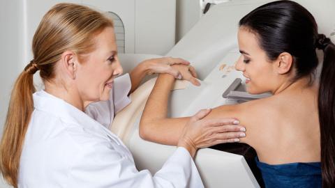 Una mujer haciéndose una mamografía
