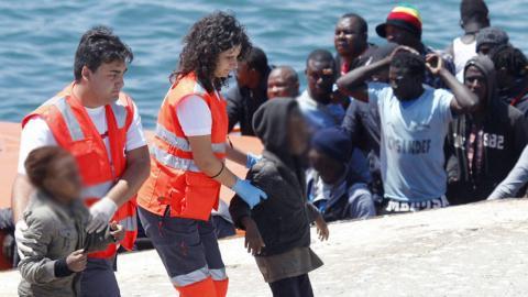 Cruz Roja con menores inmigrantes