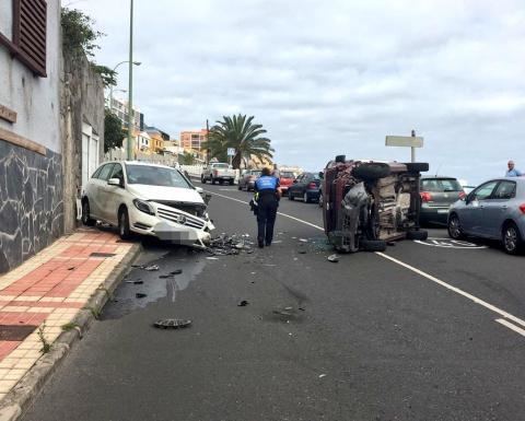 Accidente de tráfico con un coche volcado