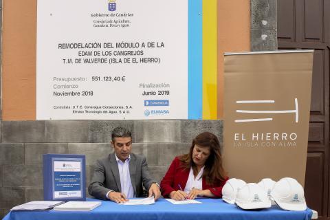 Narvay Quintero e Isabel Allende firmando el convenio
