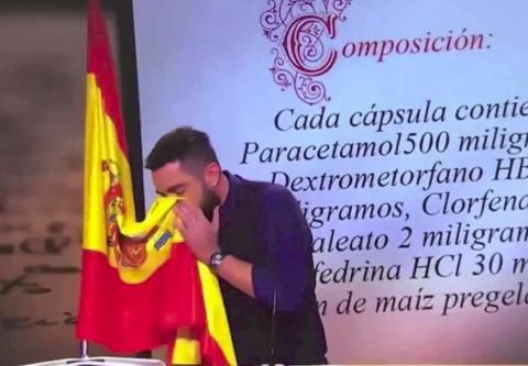 Dani Mateo sonándose con la bandera de España