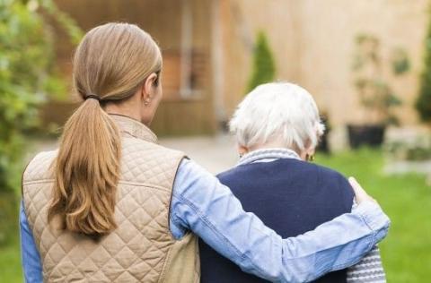 Una mujer y una anciana de espaldas