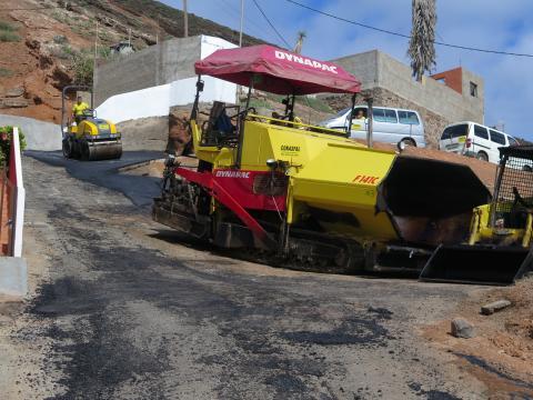 Camión asfaltando una calle