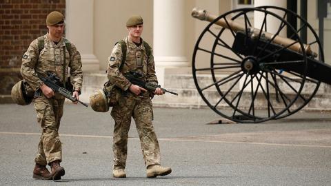 Dos soldados británicos