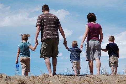 Una pareja con tres niños