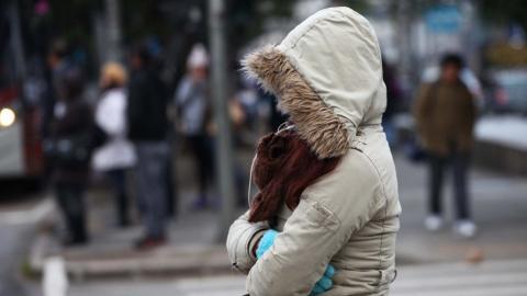 Una mujer con capucha