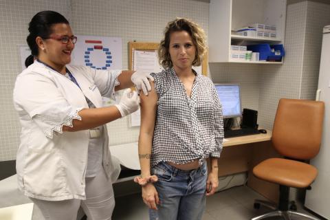 Mujer embarazada vacunándose contra la gripe