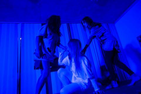 Jóvenes actuando en la casa del terror