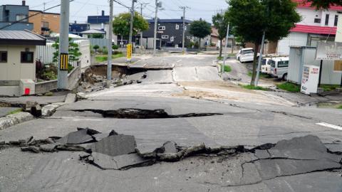 efectos de un terremoto en una calle