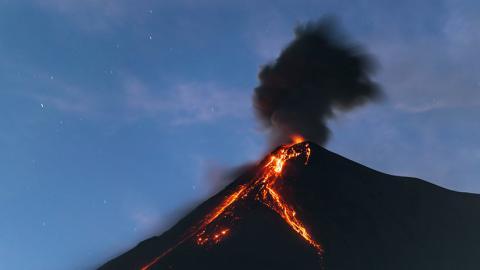 El volcán de Fuego de Guatemala lanza cenizas