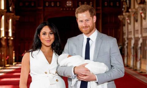 Meghan Markle y el príncipe Harry en la presentación de su hijo