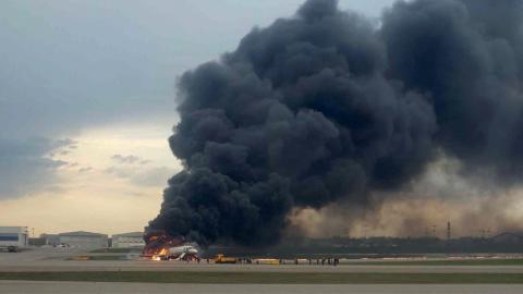 Sukhoi Superjet 100 en llamas en el Aeropuerto Internacional Sheremétievo de Moscú (Rusia)