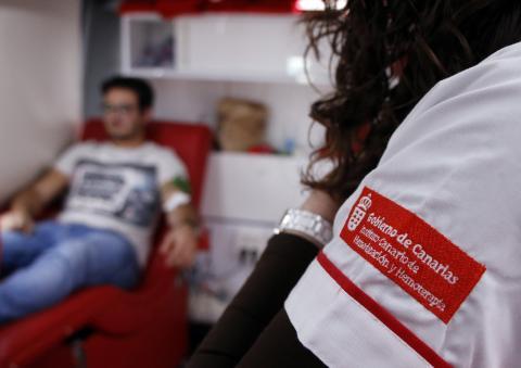 un joven donando sangre