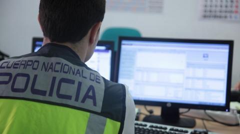 Policía Nacional y ordenador