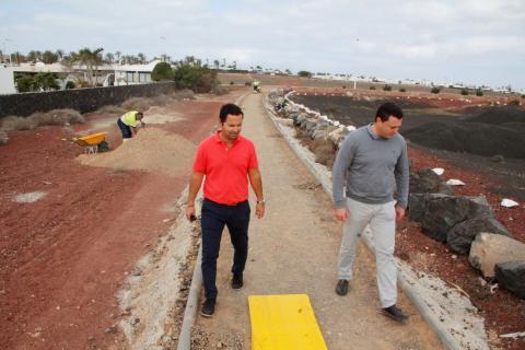 Óscar Noda y Jonatán Lemes visitan las obras del carril bici de playa blanca