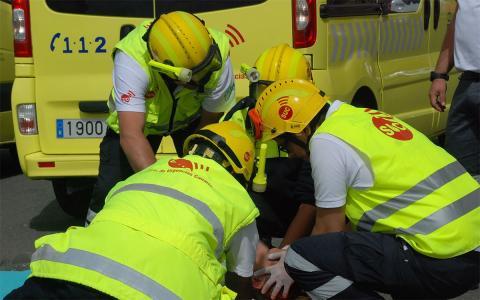 el servicio de urgencias atienden a un herido