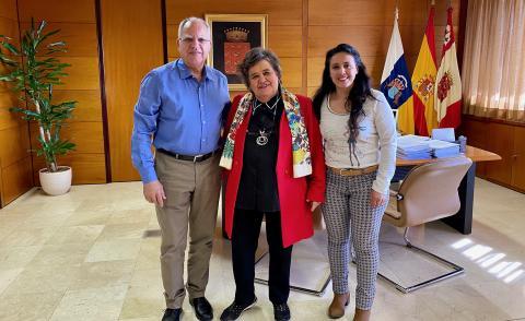 Casimiro Curbelo, Beatriz Santos y Cristina Almeida en el Cabildo de La Gomera